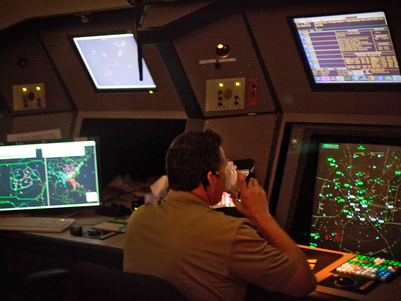FAA changes up air traffic control management - CBS News