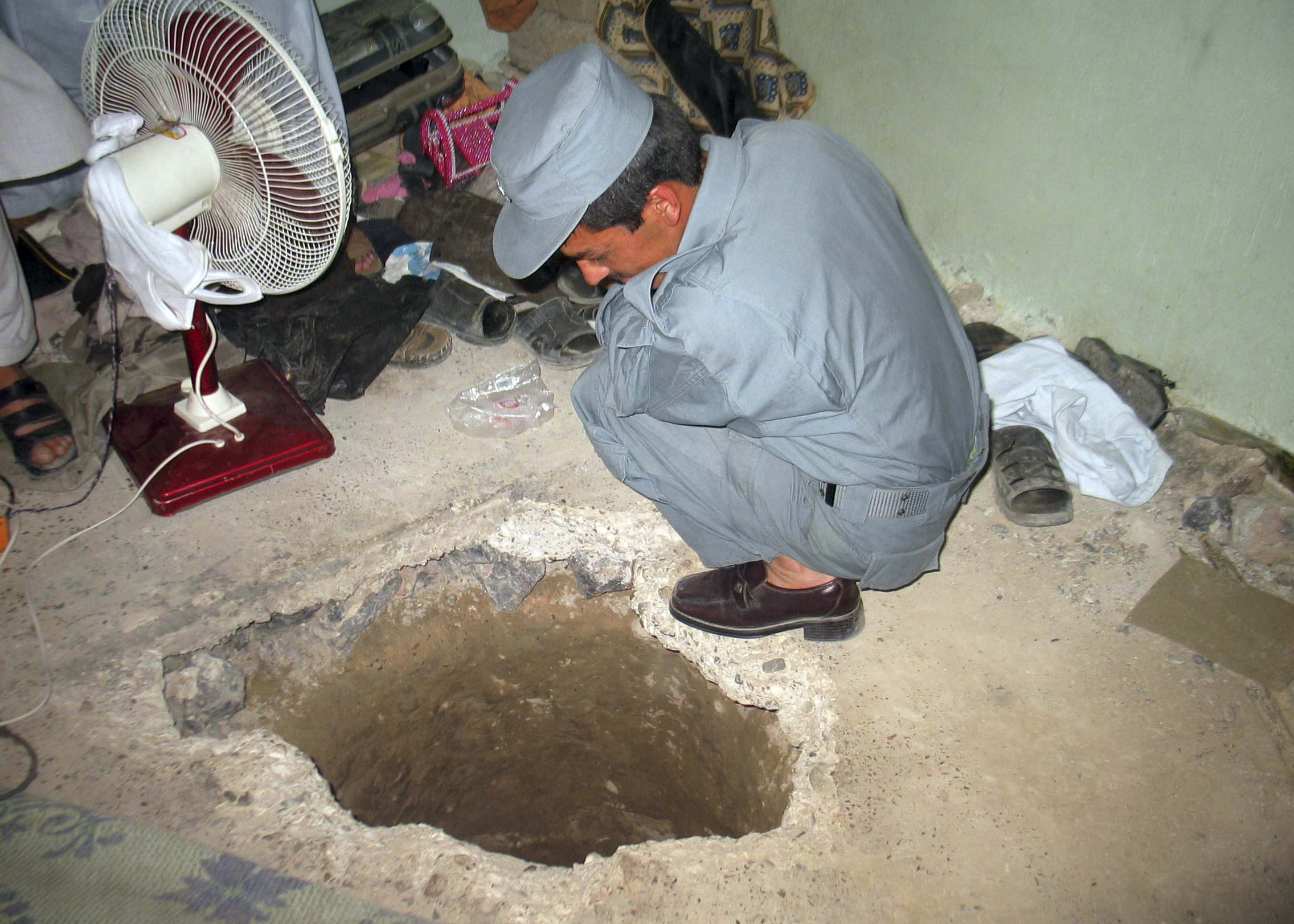 taliban tunnels nearly 500 out of afghan prison
