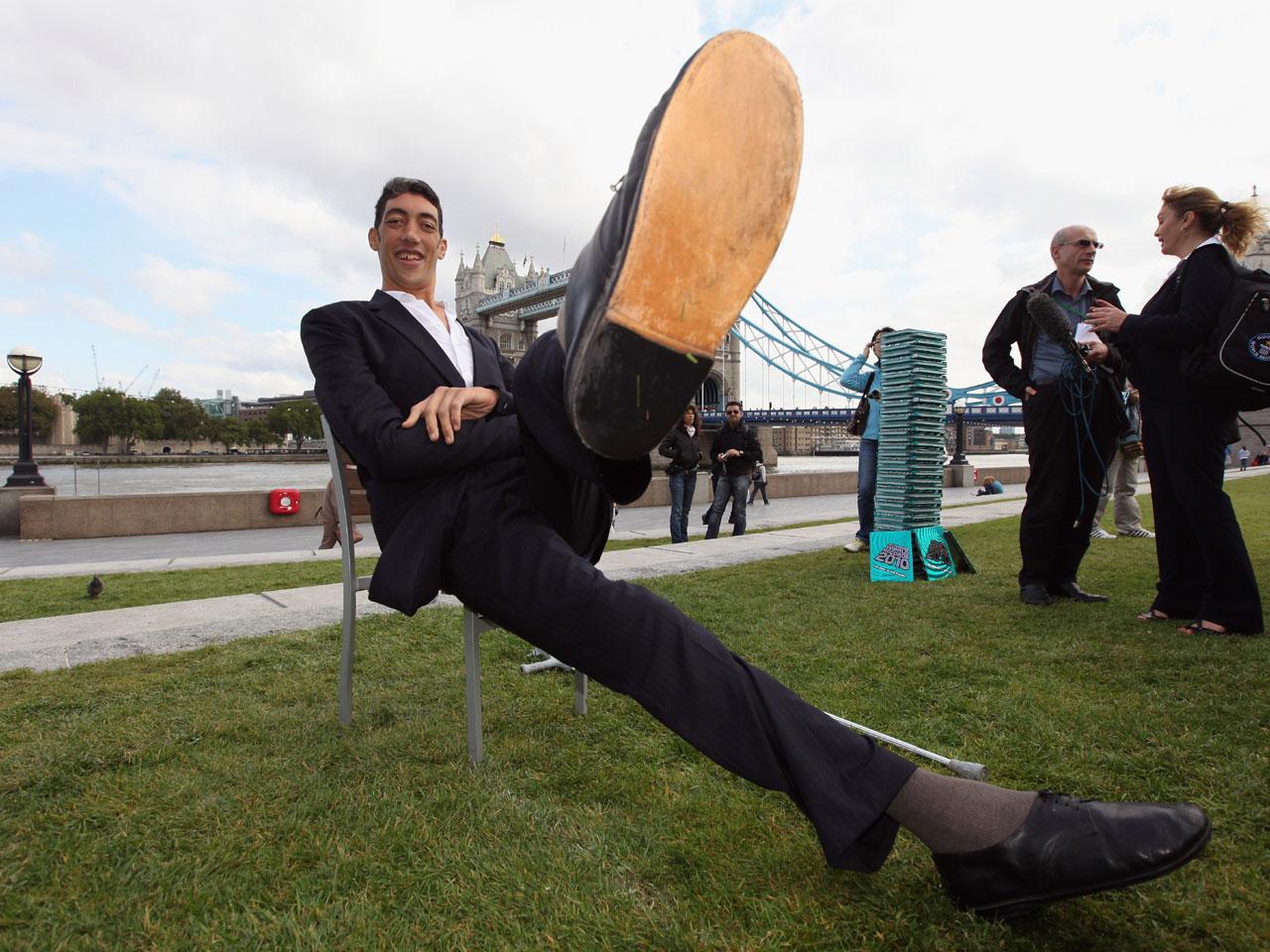 World's tallest man Sultan Kosen stops growing - Photo 1 ...
