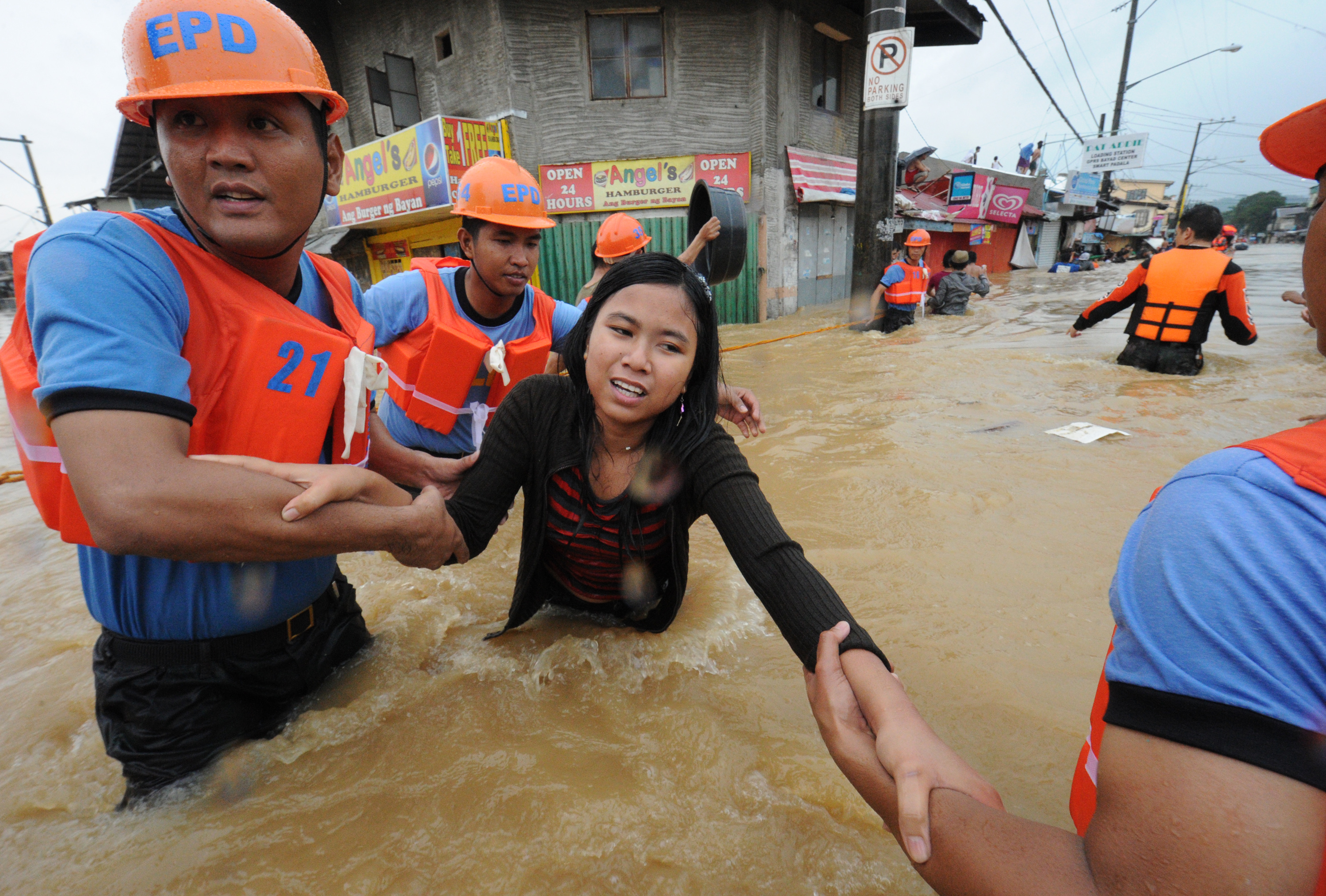 Dams overflow flooding metro Manila - Photo 1 - Pictures ...