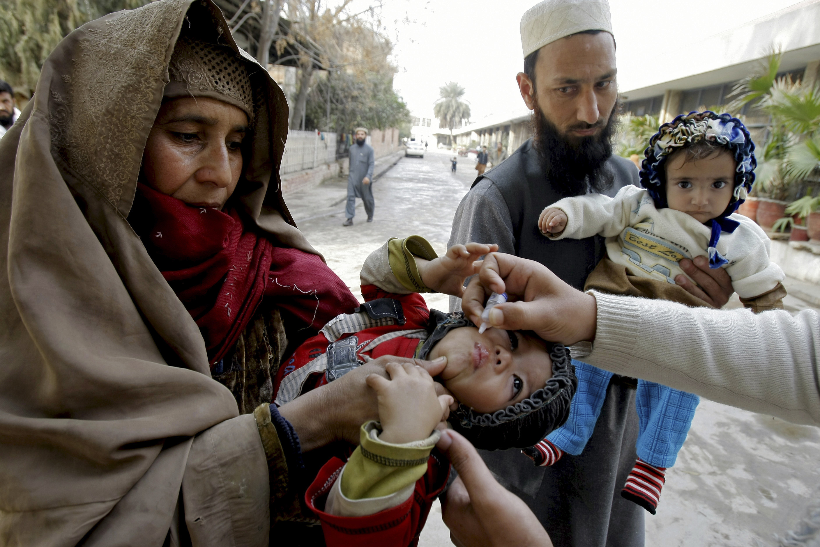 pakistan launches new polio vaccination efforts cbs news