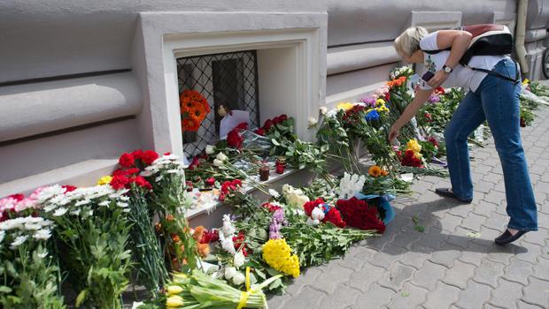 dutch-embassy-moscow-malaysia-air-flowers-620-452325016.jpg
