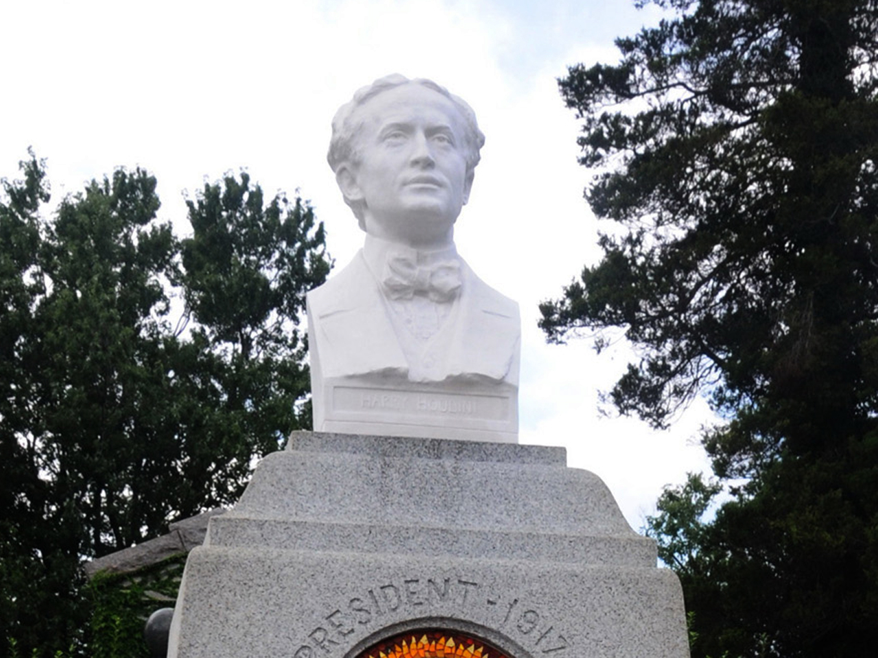 Magicians stage effort to restore Houdini's grave - CBS News