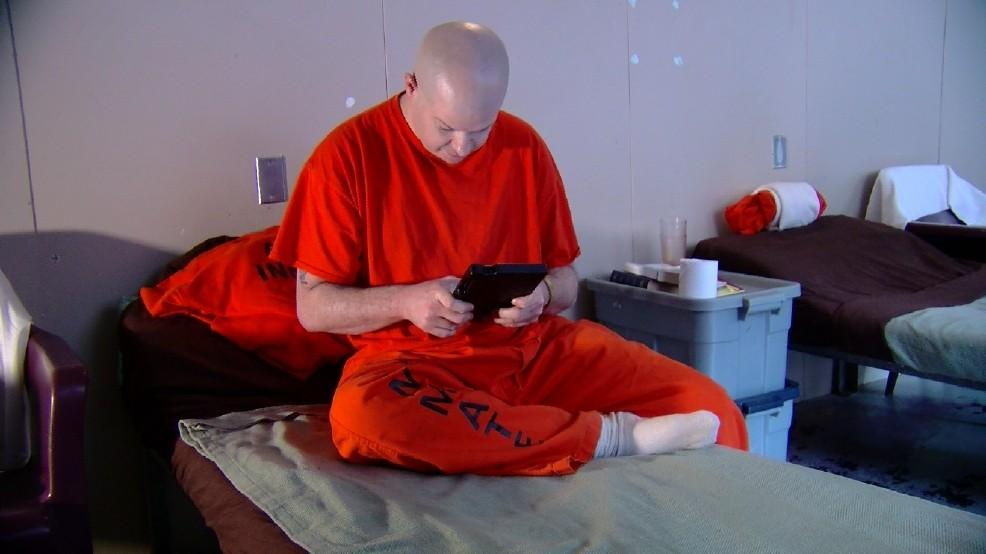 Sheriff In Albany New York Defends Program Giving Tablets To Jail Inmates Cbs News