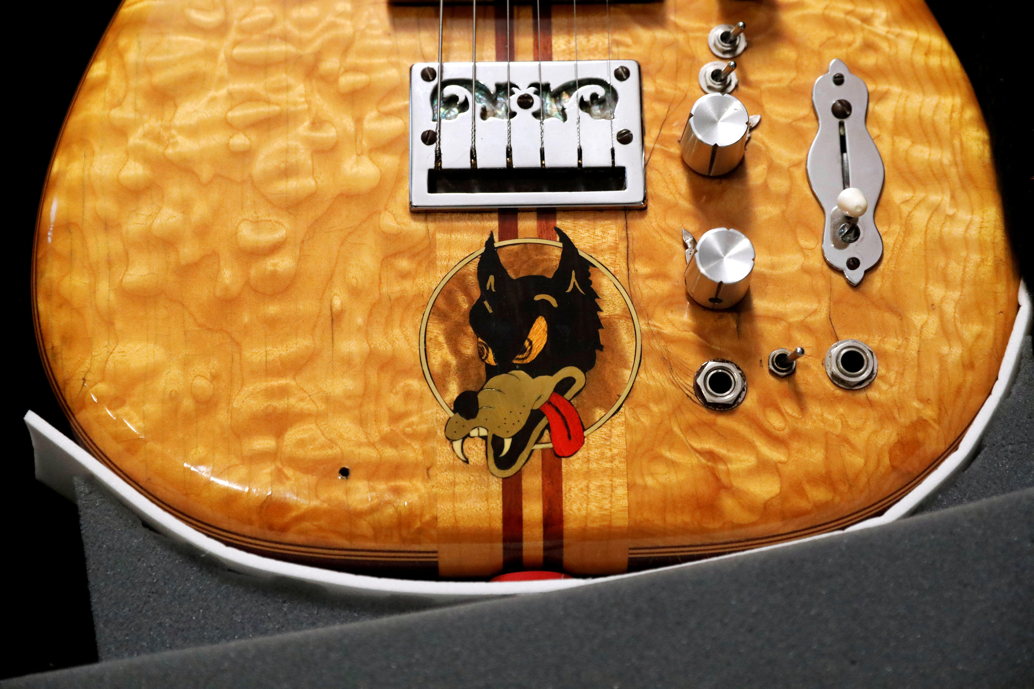 grateful dead 39 s jerry garcia 39 s wolf guitar auctioned for whopping sum cbs news. Black Bedroom Furniture Sets. Home Design Ideas