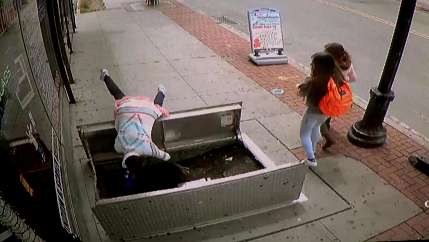 Анекдот: Стоит заика на улице, смотрит — открытый люк и…