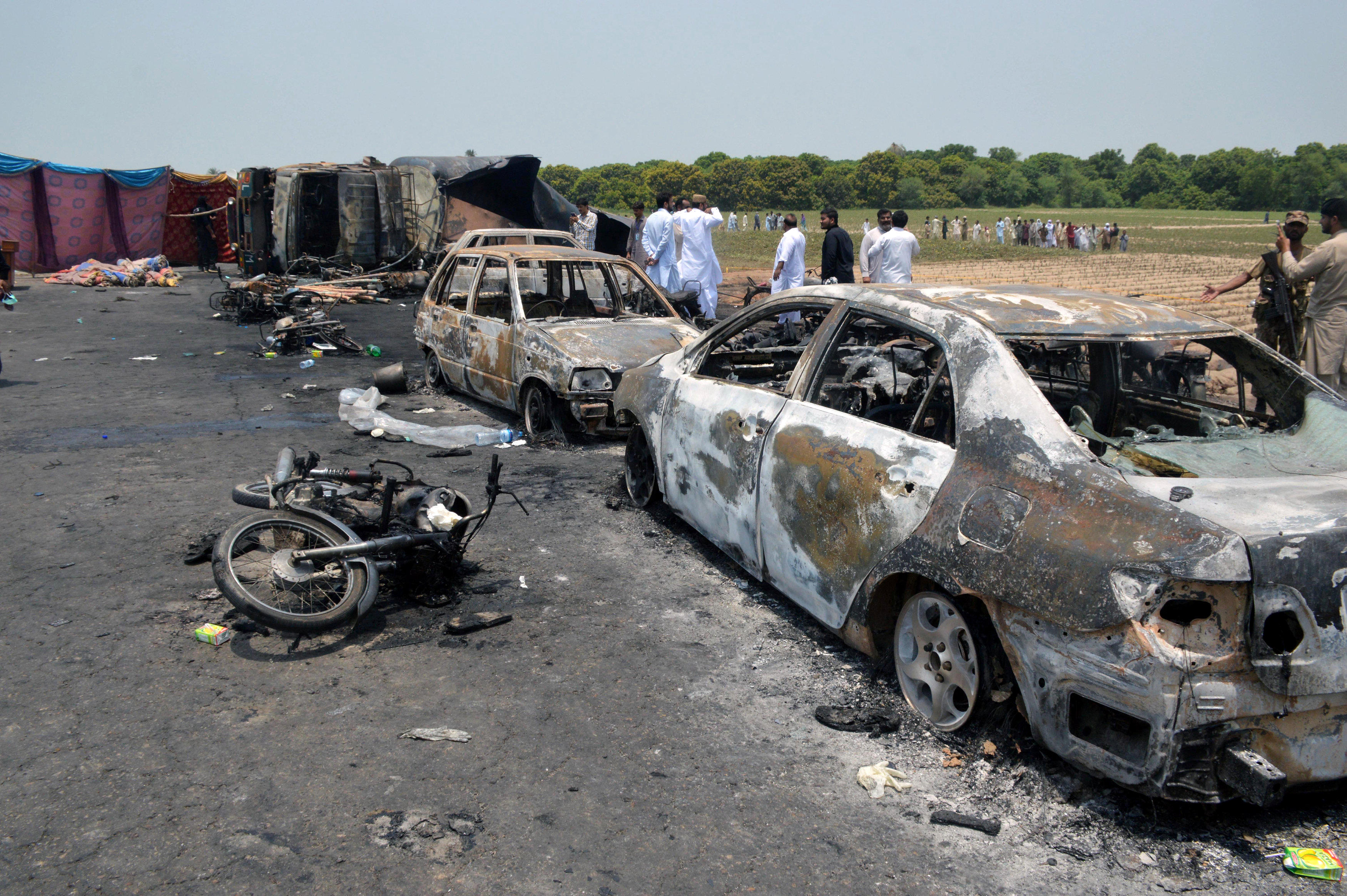 Oil tanker explodes in Pakistan, killing scores who rushed to accident scene – CBS News