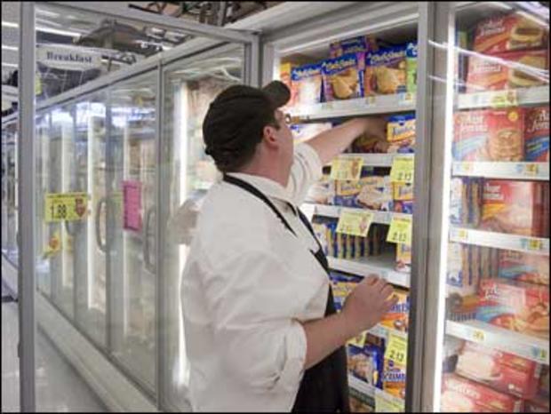 2008年8月28日,HyVee员工凯文克鲁格在内布拉斯加州奥马哈市的冷冻柜中储存冷冻食品。在微波炉中冷冻食品可能既快又容易,但如果做得不好也会让你生病。