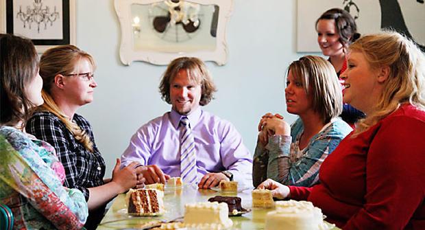 Robyn Sullivan和Christine,Kody,Meri和Janelle Brown在一家面包店品尝潜在的婚礼蛋糕。