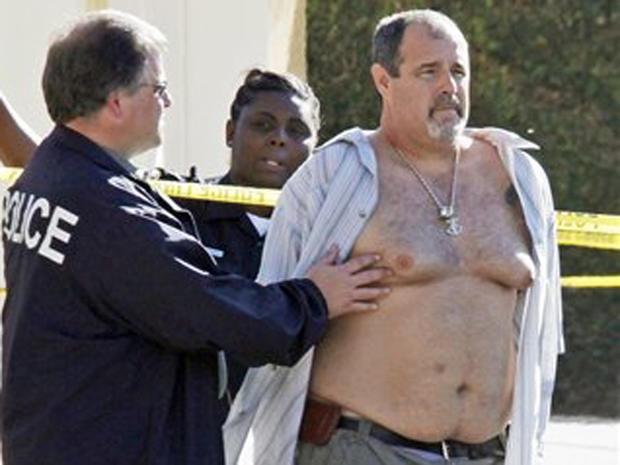 在加利福尼亚州海豹滩Salon Meritage附近逮捕一名嫌疑人的现场,警察站在一辆巡逻车旁,一名枪击案造成8人死亡,一人受伤,星期三,2011年10月12日海豹滩警方已将沙龙大屠杀中的嫌疑人确认为斯科特埃文斯德克拉赛。