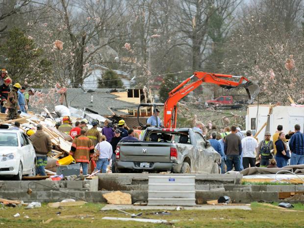 在2012年2月29日星期三的清晨龙卷风之后,紧急救援人员努力清理伊利诺伊州哈里斯堡附近的垃圾。