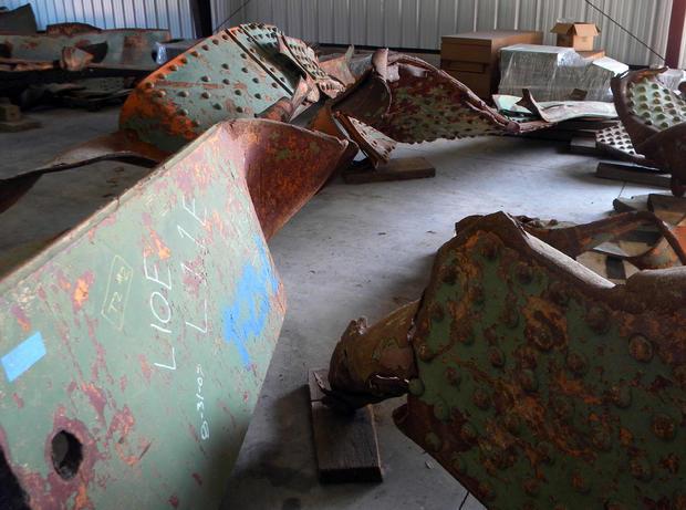 2012年8月1日在明尼阿波利斯崩溃的35W州际公路大桥的生锈横梁于2012年7月31日星期二在明尼苏达州奥克戴尔的明尼苏达州交通部车库的地板上被看到。