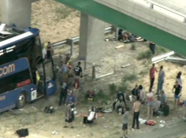 星期四下午,一架双层Megabus坠毁在55号州际公路的桥梁支柱上。