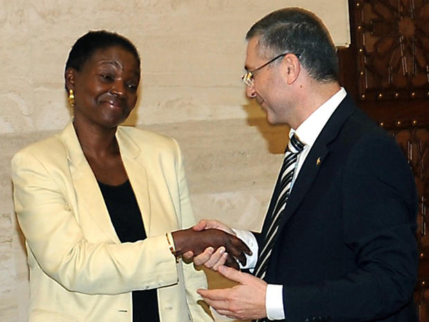United Nations' humanitarian chief Valerie Amos meets a Syrian opposition member