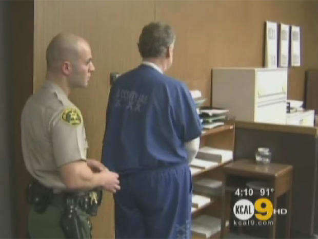 Paul Chapel(右),前三年级老师,在他对13项猥亵行为的审判中提出的要求