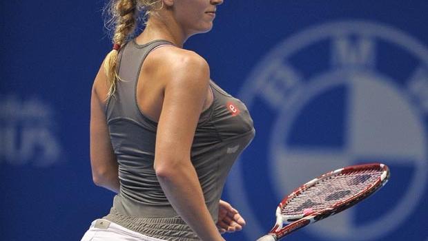 Caroline Wozniacki imitates Serena Williams by stuffing her bra ...