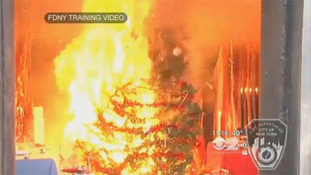 """FDNY培训视频中的这张快照显示了当装饰时隐藏的圣诞树如何""""可燃""""。"""