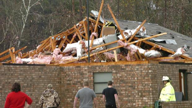 2012年12月25日星期二,在明显的龙卷风袭击该地区后,位于路易斯安那州泰奥加的一所房子遭到严重破坏。