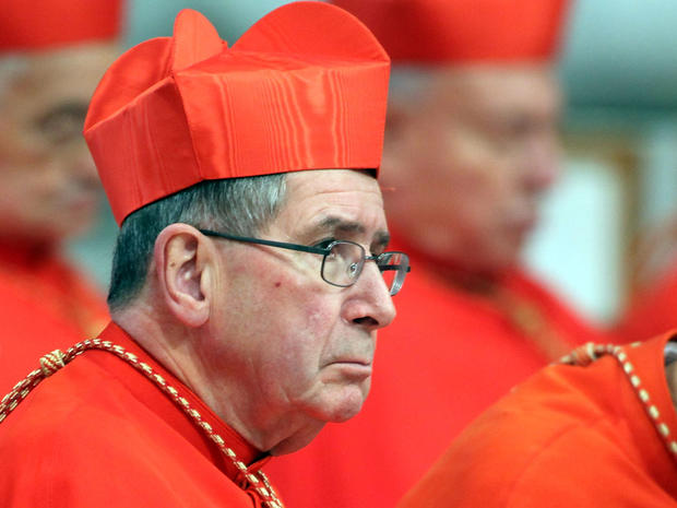 洛杉矶前大主教罗杰·马霍尼红衣主教于2012年2月18日在梵蒂冈城参加了教皇本笃十六世在圣彼得大教堂举行的仪式。