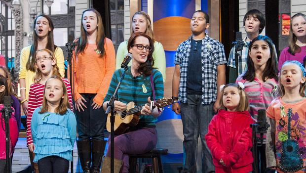 """来自康涅狄格州新镇和Sandy Hook小学的孩子Ingrid Michaelson于2013年1月15日星期二在纽约ABC的""""早安美国""""上演""""彩虹的某个地方""""。"""