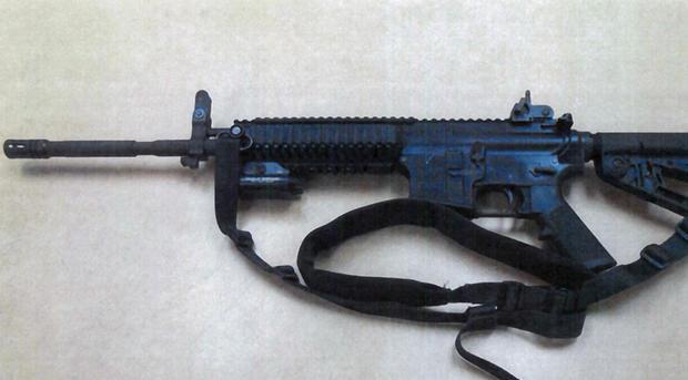这张由丰塔纳联合学区警察局提供的图片显示了Colt LE6940半自动步枪,其中14支由Fontana联合学区购买,用于帮助加利福尼亚州的学校提供安全保障。这些武器每件售价1000美元,是高能武器,射程更远,可穿透防弹衣。