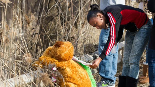 Mindy Morgan在纪念馆看了一张纸条,那里有6名青少年在Park Ave的车祸中丧生。 2013年3月10日星期日,在俄亥俄州沃伦市。