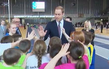 Prince William gives high-5 lesson at Scotland arena