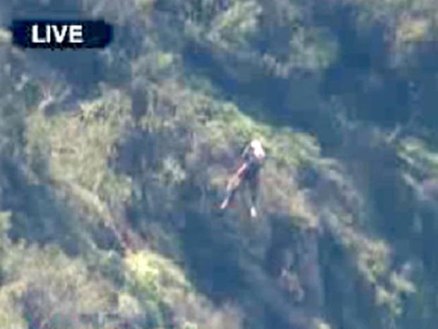 """哥伦比亚广播公司(CBS)洛杉矶的直升机""""天空2号""""(Sky2)抓住了官员抢救徒步旅行者凯德尔·杰克的形象"""