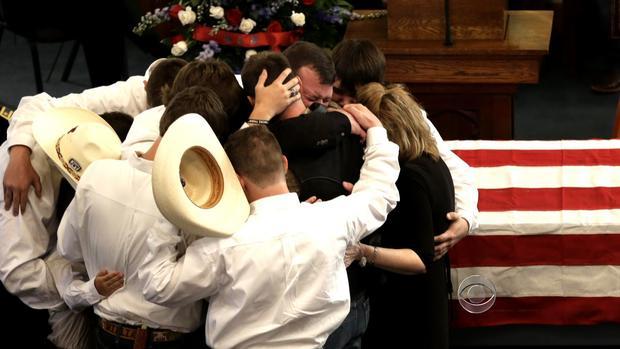 送葬者聚集在Mike和Cynthia McLelland的葬礼上。
