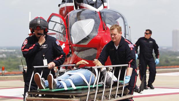 生命飞行人员于2013年4月9日星期二在休斯顿的一所针对纪念赫尔曼医院的Lone Star社区学院系统的Cypress,德克萨斯州校园内袭击了一名受害者。