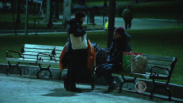Roseanne Means博士接近波士顿一名无家可归的女士。