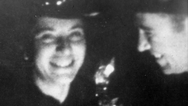 埃斯特尔和海曼谢尔曼在1942年4月的婚礼当天。