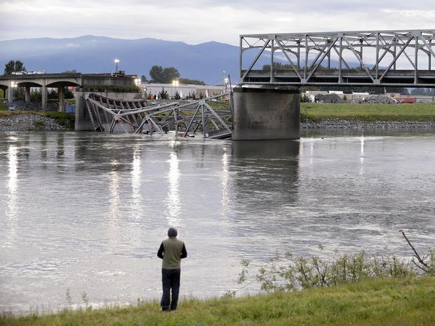 2013年5月24日,在华盛顿州的弗农山,一个人从Skagit河的南岸看到5号州际公路桥的倒塌部分。