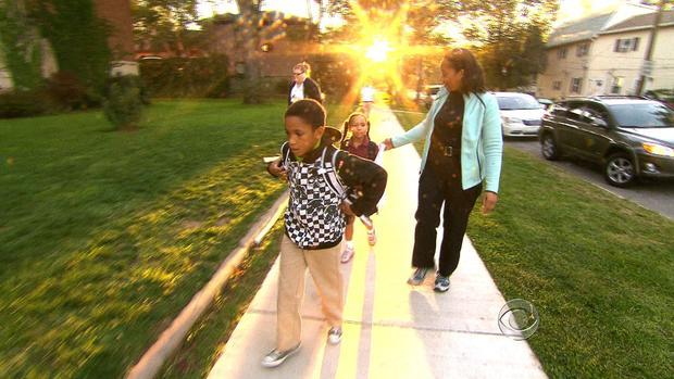 Charmin Leon带着她的孩子去克利夫兰上学。