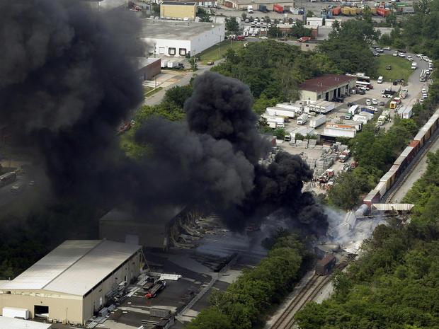 2013年5月28日星期二,在马里兰州的罗斯代尔,CSX货运列车出轨现场发生火灾,消防官员称火车撞向垃圾车,导致房屋发生爆炸,使至少半英里的房屋震动离开并倒塌附近的建筑物,让他们着火。