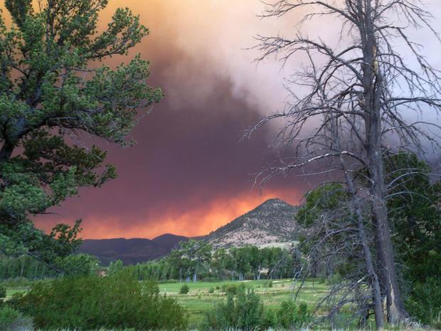 在2013年6月20日,美国林务局提供的照片中,野火引发了科罗拉多州南福克镇的火灾。
