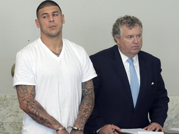 新英格兰爱国者队的紧张结局Aaron Hernandez,左,在2013年6月26日在马萨诸塞州阿特尔伯勒的Attleboro地区法院与他的律师Michael Fee一同站立。