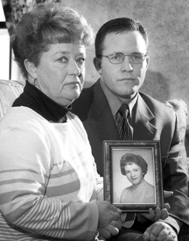 黛安多德和儿子凯西谢尔曼在2000年3月10日在马萨诸塞州罗克兰举行了多德的妹妹玛丽沙利文的照片。
