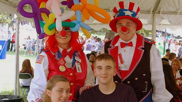 几个小丑给孩子带来欢乐