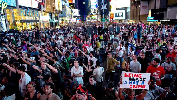 2013年7月14日,游行队伍聚集在纽约时代广场,抗议志愿者邻里守望会员George Zimmerman在2012年杀害佛罗里达州桑福德市17岁的Trayvon Martin时被无罪释放。