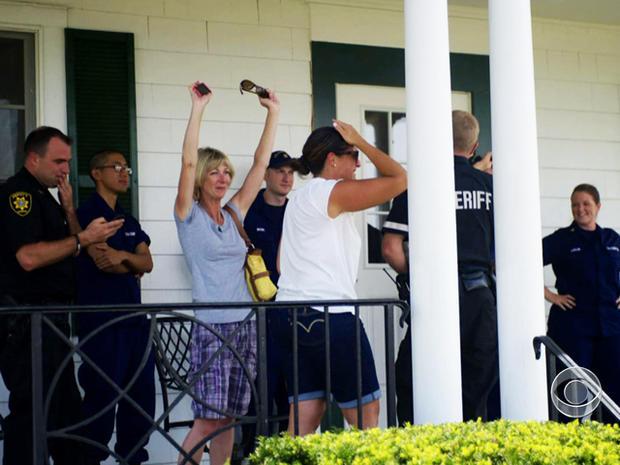 阿尔德里奇的家人在发现他被救出时庆祝。