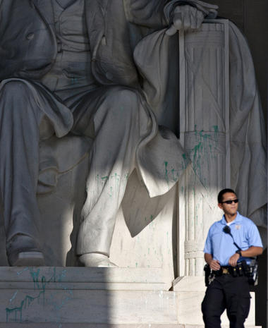 Lincoln Memorial vandalized with green paint