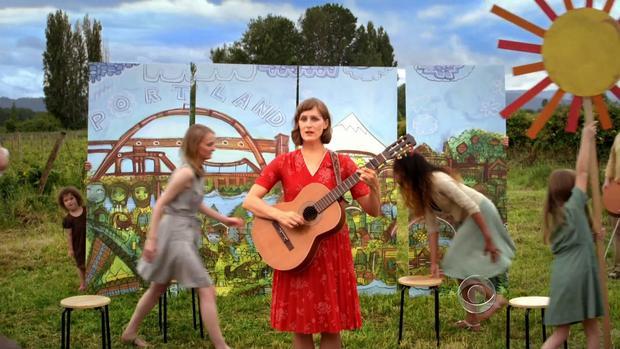 一个女人在这个古怪的视频中弹吉他,关于俄勒冈州的新医疗保健市场,盖俄勒冈州。
