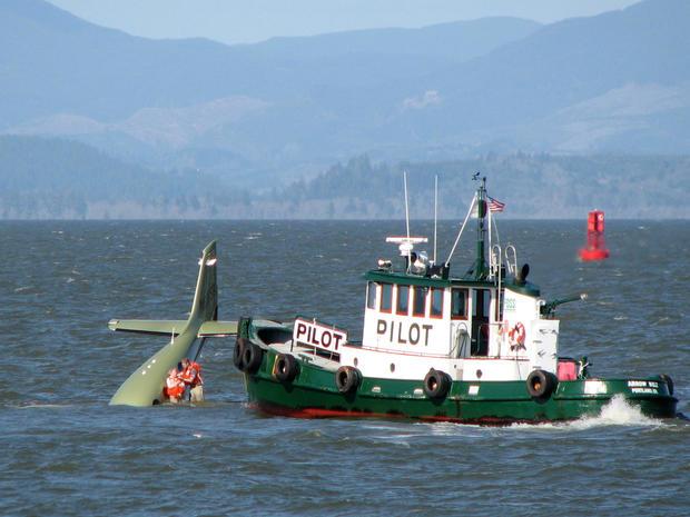 2009年4月24日,位于俄勒冈州阿斯托里亚附近的哥伦比亚河上,比尔·亨宁斯加德和他的母亲伊迪丝·亨宁斯加德 - 米勒站在飞机的机翼上,这张照片由Tapirback.com提供。