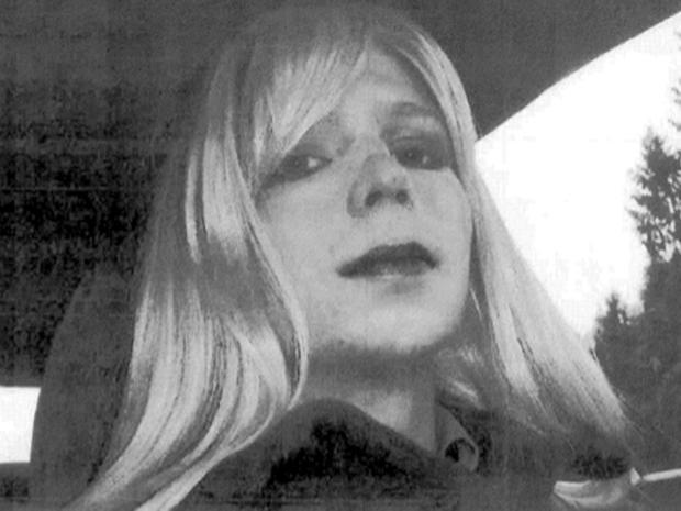 陆军Pfc。当她被称为布拉德利时,切尔西曼宁在美国陆军提供的这张未注明日期的照片中为戴着假发和口红的照片摆出姿势。