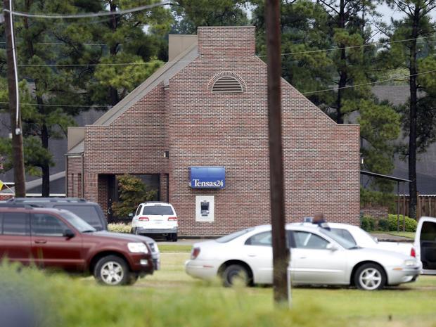 在2013年8月13日星期二的人质情况下,属于许多执法机构的汽车线位于路易斯安那州圣约瑟夫的Tensas State Bank分行。一名男子的家人在银行街对面拥有一家商店。警方称,三名银行员工被扣为人质,一名州警察谈判员与他谈了几个小时。当局说,当晚深夜,他们射杀2名人质后开枪打死了嫌犯。他早些时候释放了第三个人质。