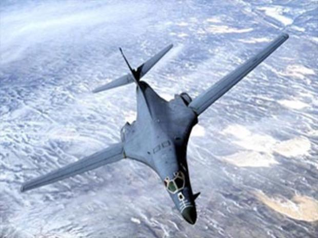 美国空军B-1B持枪飞机轰炸机在飞行中,文件照片