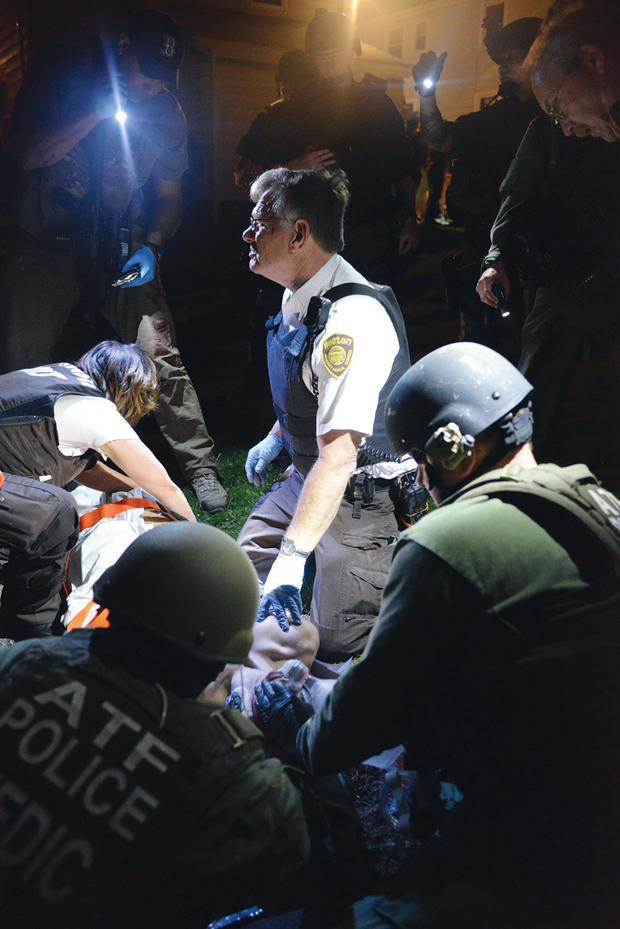 2013年4月19日,医务人员在一次搜捕结束时赶到伤口Dzhokhar Tsarnaev。