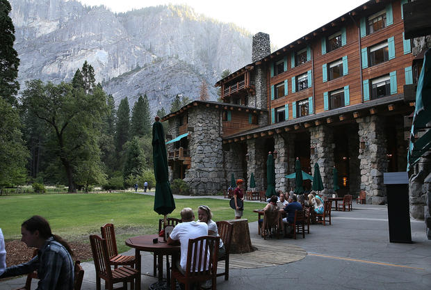 Yosemite open despite wildfire