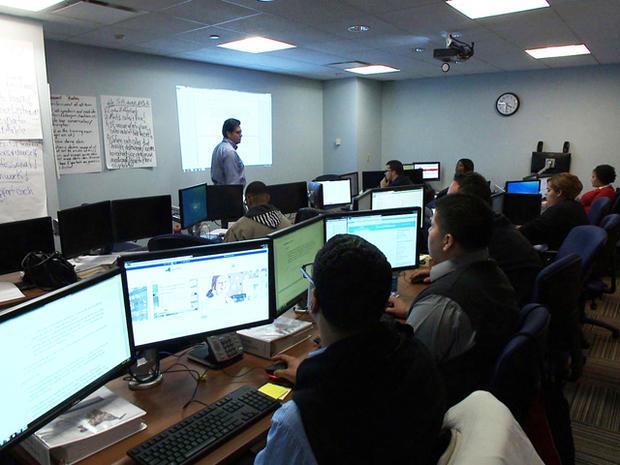 在纽约州健康交流呼叫中心接受培训的电话顾问。